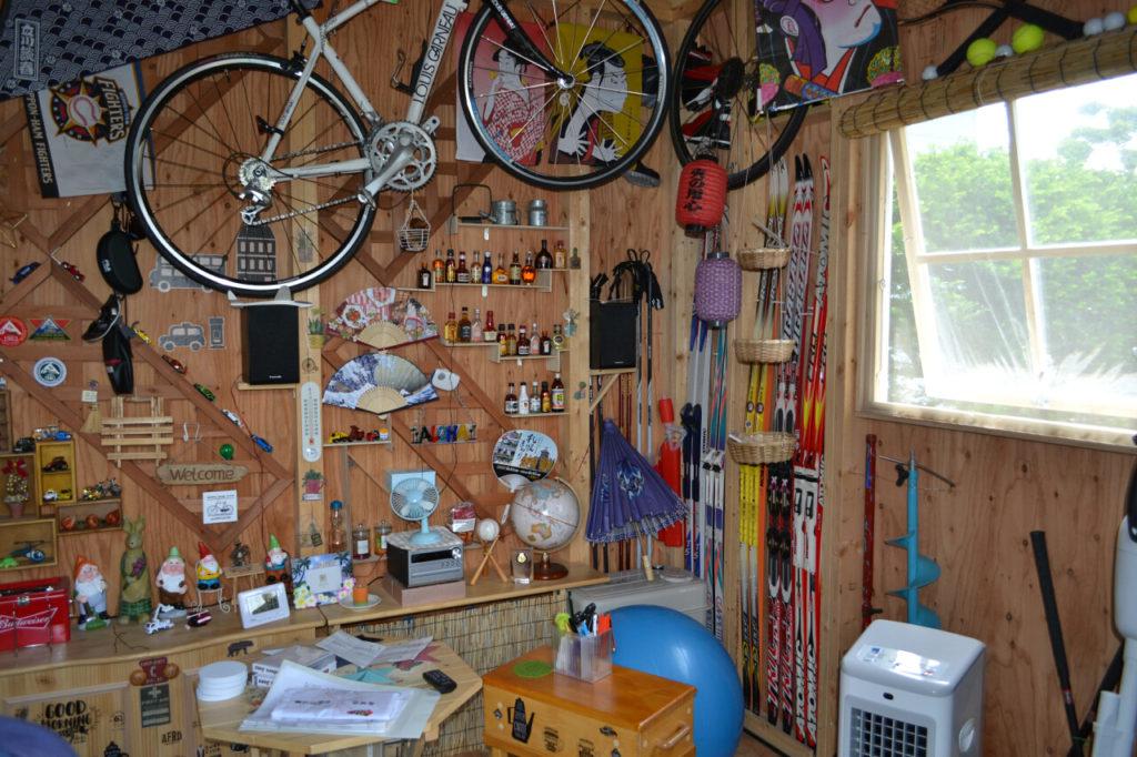 物置と家の中間に位置する小屋