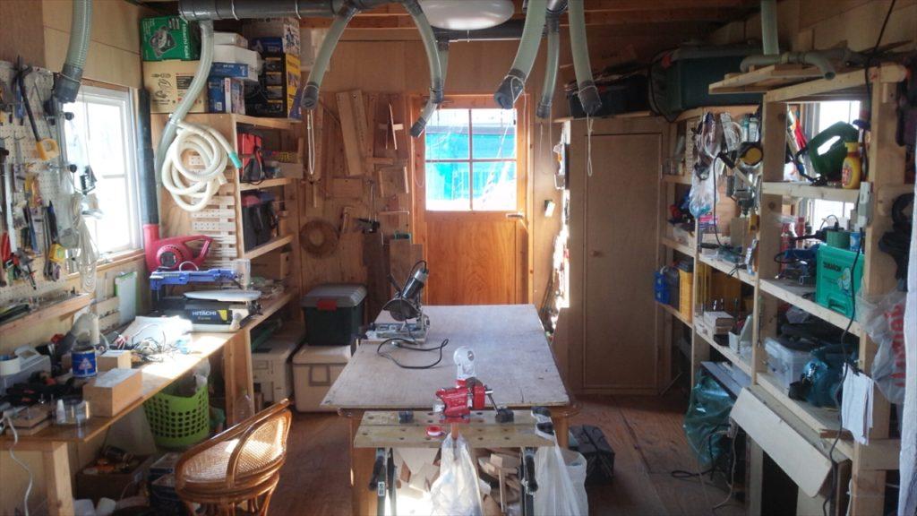 ルアーやフライを自分で作る工房として利用したり、釣り仲間とちょっとくつろげるスペースの小屋
