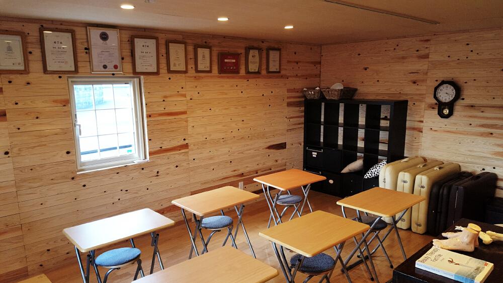 小屋を建てて、小規模な教室にしたりカルチャースクールにしたりする方もいます。