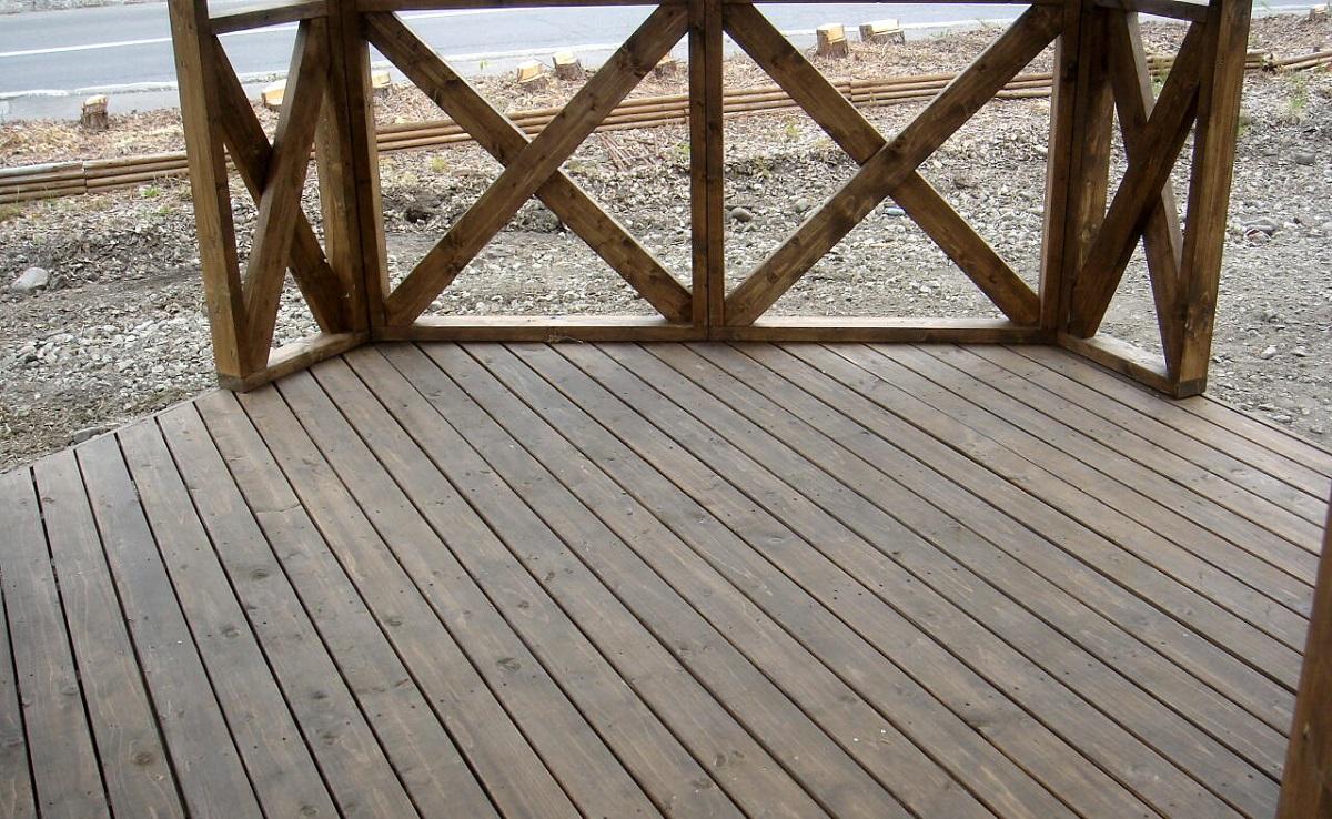 床デッキには合板を使用せず、無垢の木材に防腐処理をして使います。