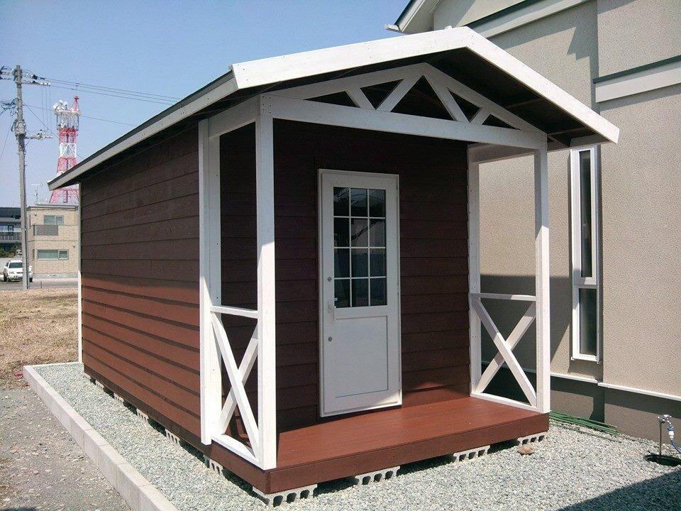 「床デッキ3600D用@¥7,000」と「デッキクロス@¥7,150」があるので、少し改良が必要ですがウッドデッキが付いた小屋も作ることができます。
