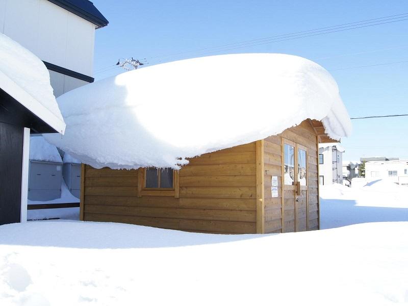 積雪の荷重に耐えていても、ドアの枠が少し変形してて開けにくいことがあります。
