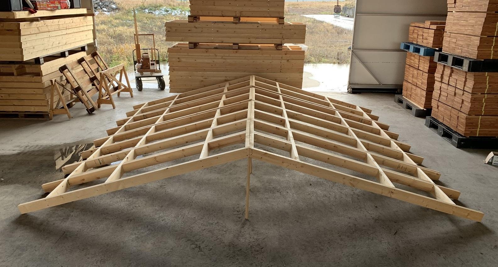 屋根パネルはトラスを設置できない小屋前後の軒だし部(庇の部分)をパネル化した部品