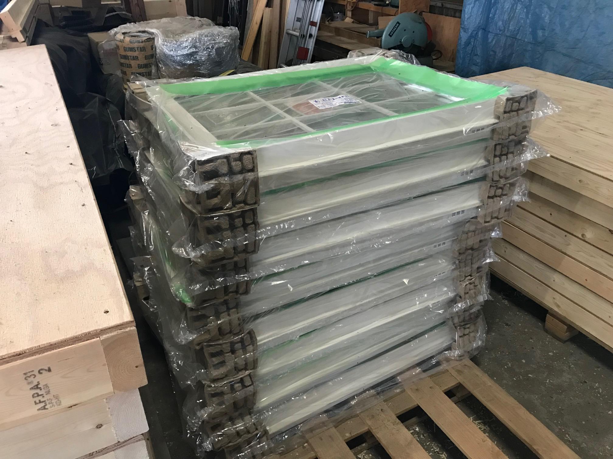Low-Eガラスでなくてもペアガラスなど複層ガラスは、とても重量が重く、運搬や施工に注意が必要です。
