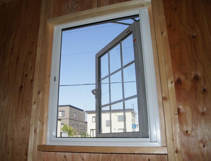 窓ドアを開ける機会が多い小屋暮らし