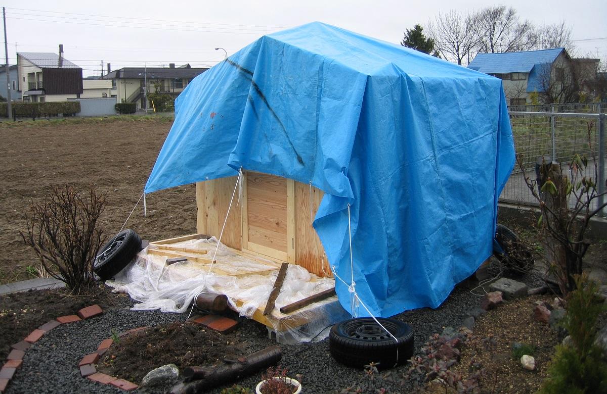 雨天時は材料のシート掛けや道具の撤去など、さまざまな作業が増えます。