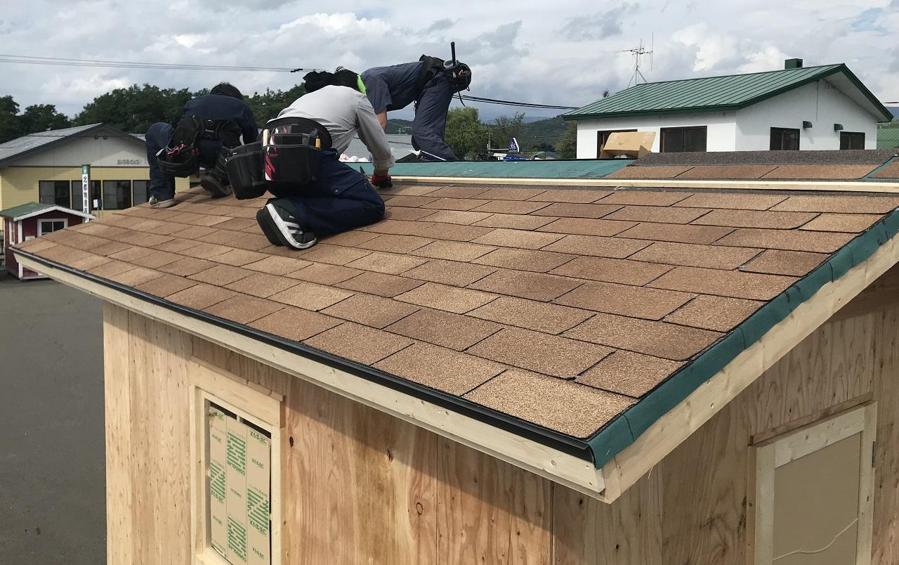 屋根材のアスファルトシングのは、軒先から張りすすめます。