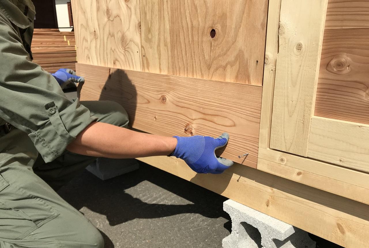 外壁材は最下部から重ねて張りつけます。