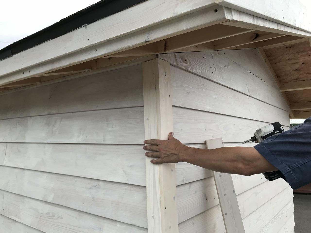 外壁材を貼り終えたら、コーナー部分に1×4材の仕上げ材を取り付けて完成