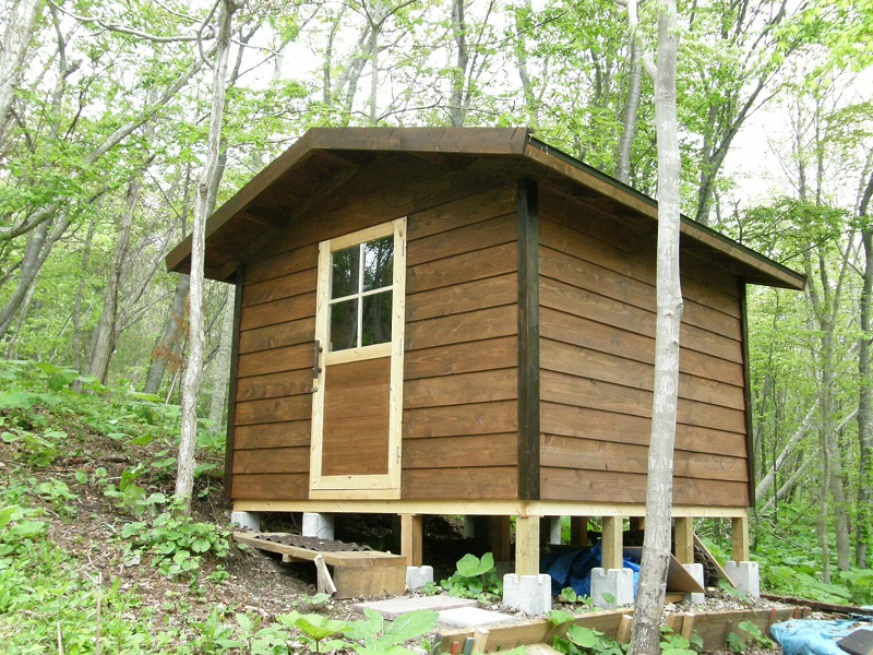 小屋を建てる場所として坂や傾斜地はアリ