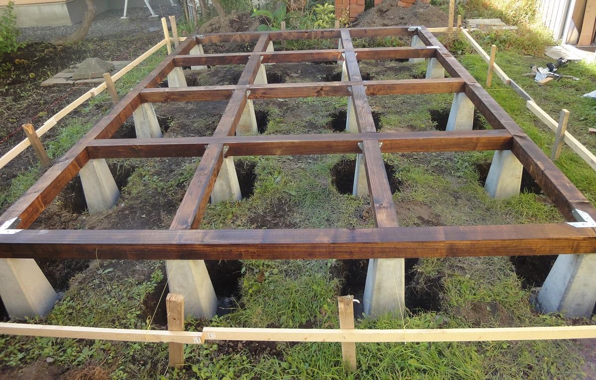 束石を基礎にする場合の基礎高さは、雨水の跳ね返りや床下通風性を考慮します。