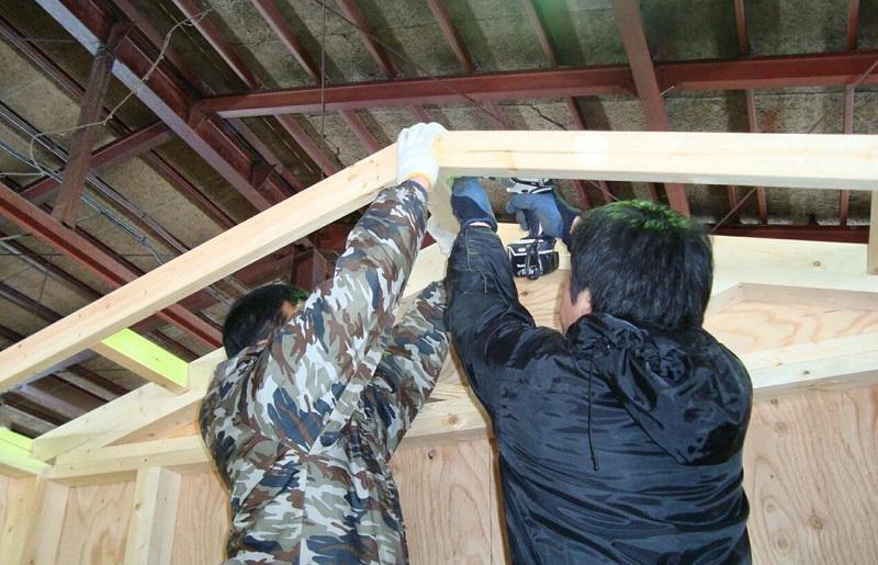 「はしご状」の屋根パネルという部材を、左右分、連結してから本体と取り付けます。