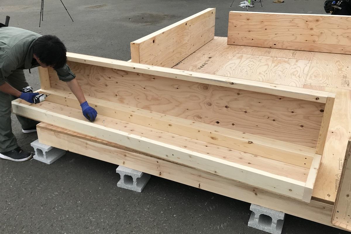 コーナーの壁パネルは、四隅分を組み立ててから立て込みます。