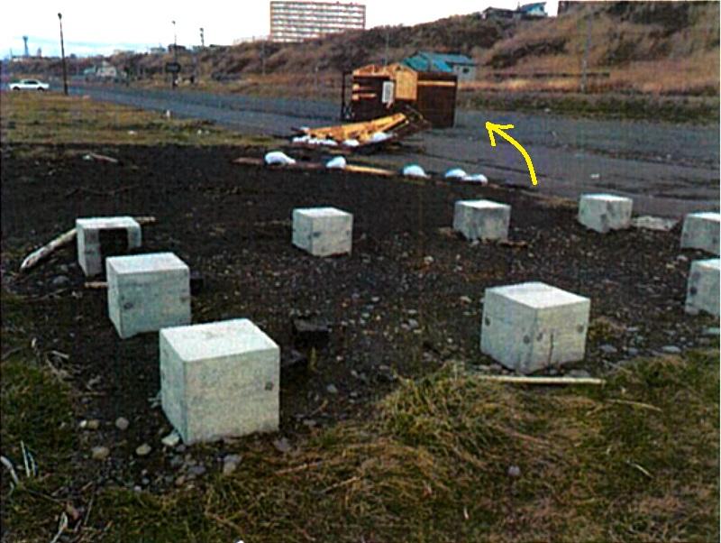 北海道の海岸にブロックに置くだけで設置した小屋が、強風で飛ばされました。