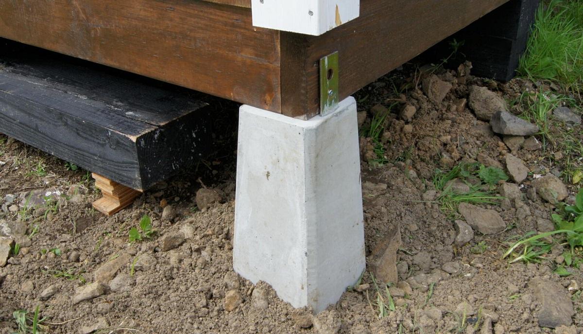 強風対策の基本は、羽子板付き束石などで建物と基礎を緊結させること