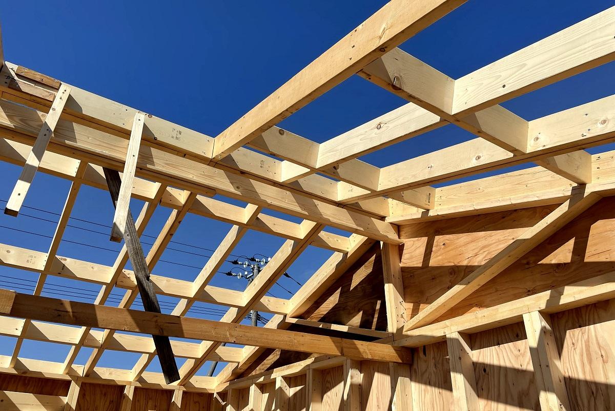 屋根パネルが重いので、仮の梁パネルが壊れかけて補強