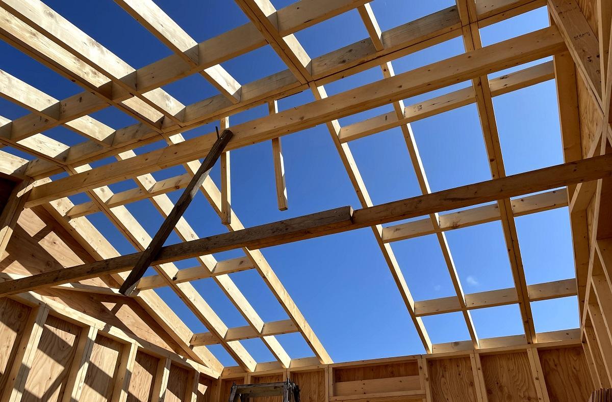 わかっていましたが、屋根パネルが1枚足りない…補強するしかない