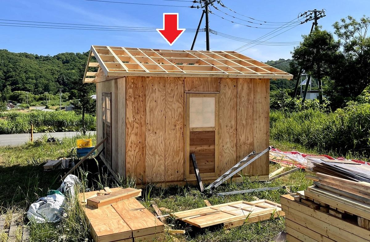 トラスが無く屋根パネルだけで小屋組みしたので、室内中央部分がわずかに凹んでいるように見えます。