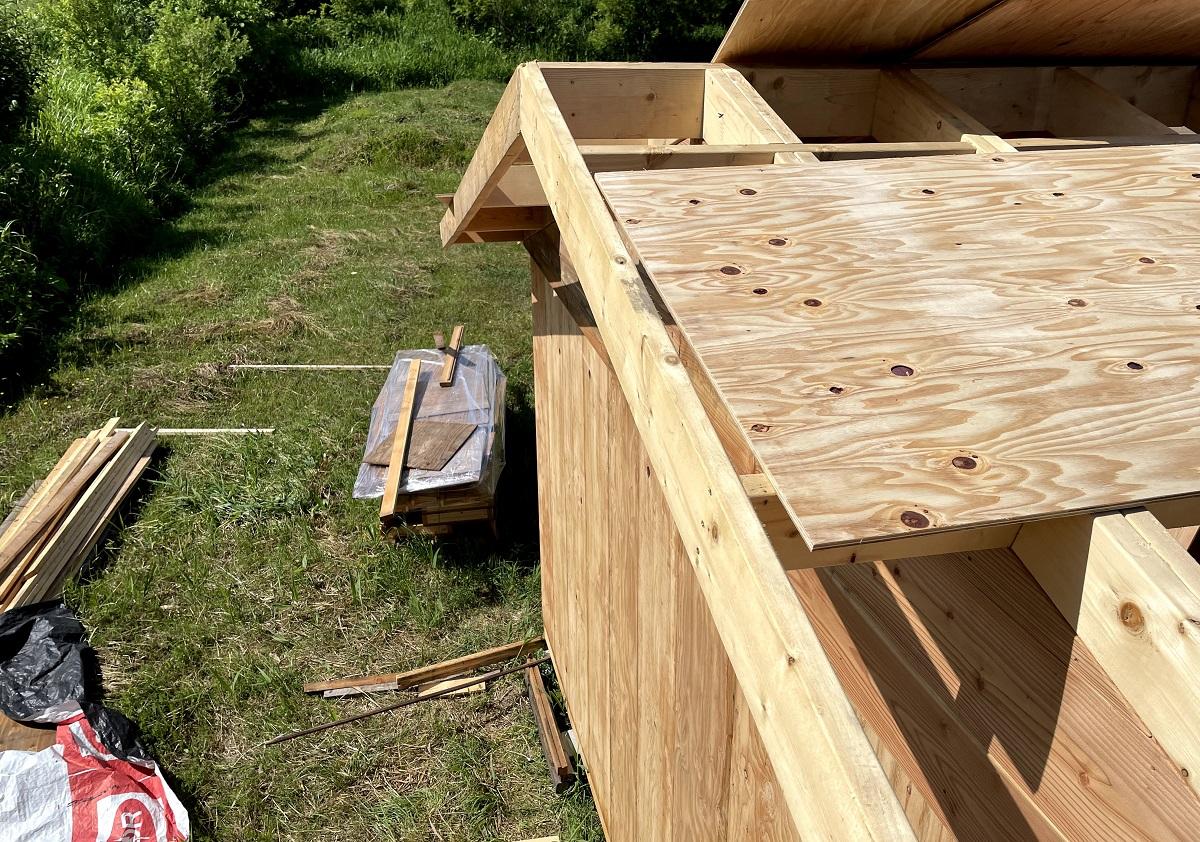 何十回も上り下りして基礎の不陸を直し、屋根野地板を調整