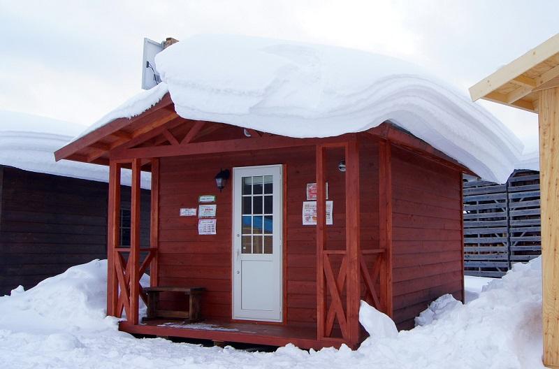 二階建ての落雪は衝撃が大きく、その点では平屋の方が安全です。