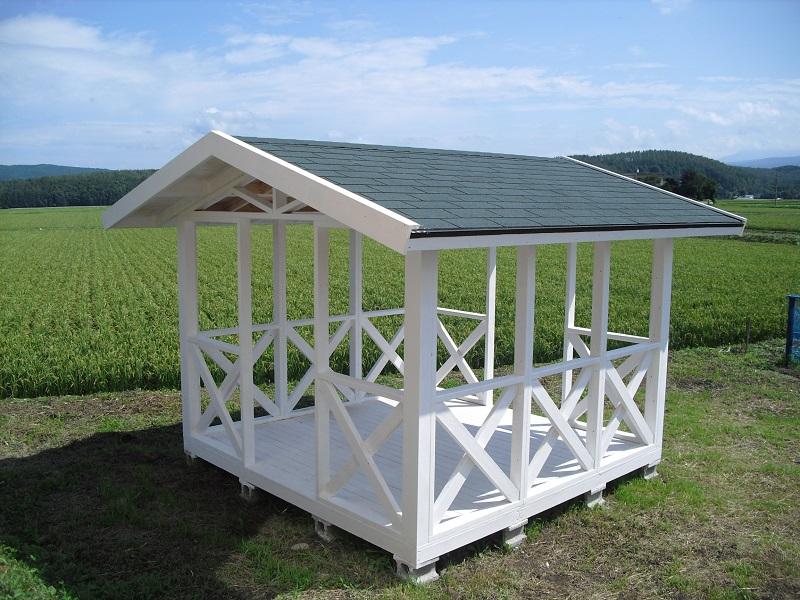 ガゼボとは、よく公園などで見かける屋根だけ付いた休憩スペースです。