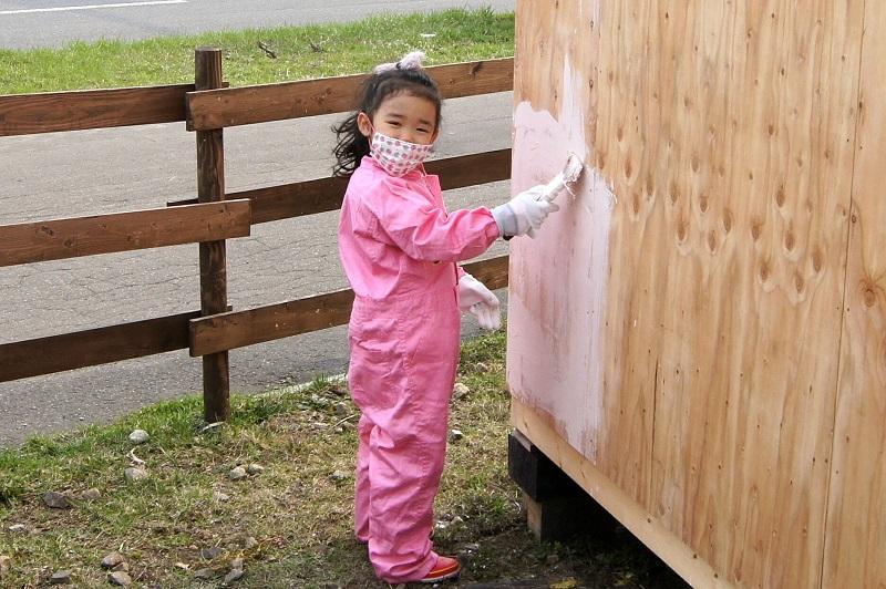 木製小屋の塗り直し作業は、誰でもできます。