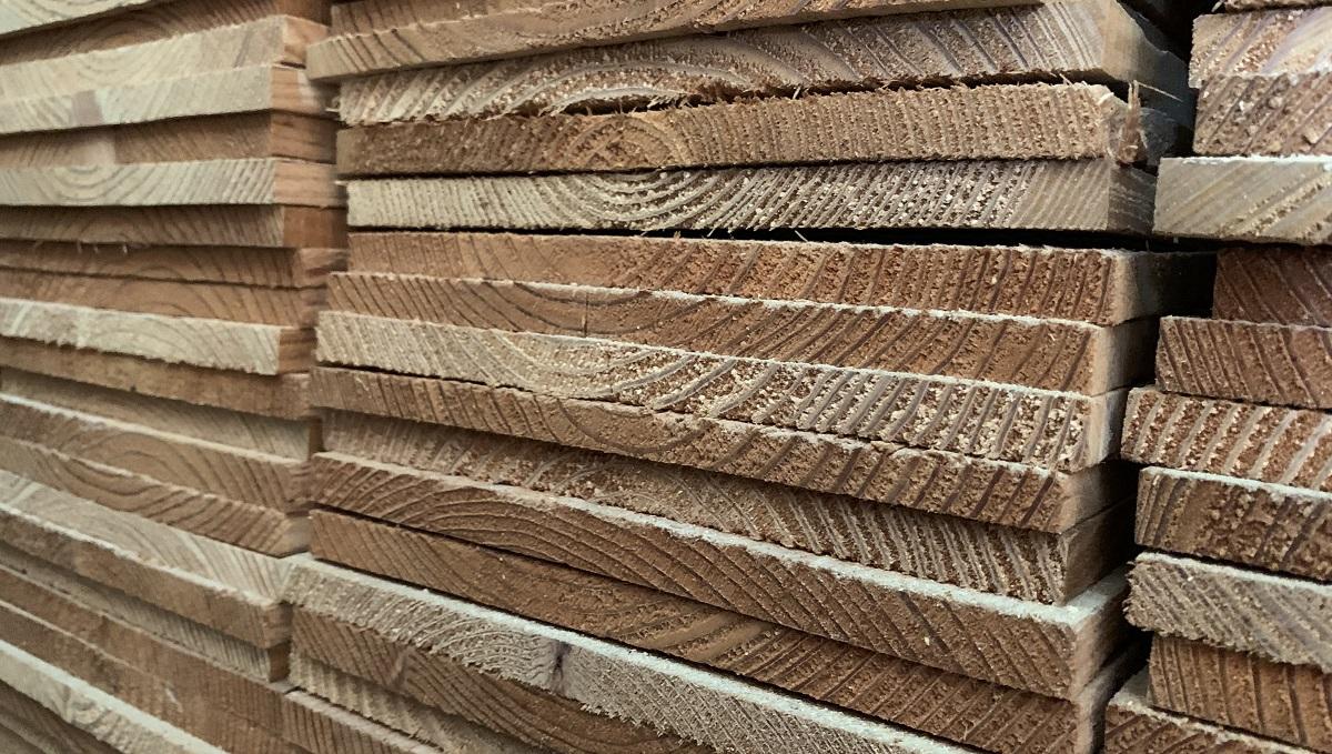 収縮が始まり、板材は幅寸法の収縮が大きくなります。