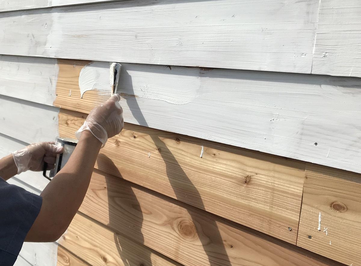 外壁材をよろい張りするなら、必ず木材防腐塗料を塗るようにしましょう。