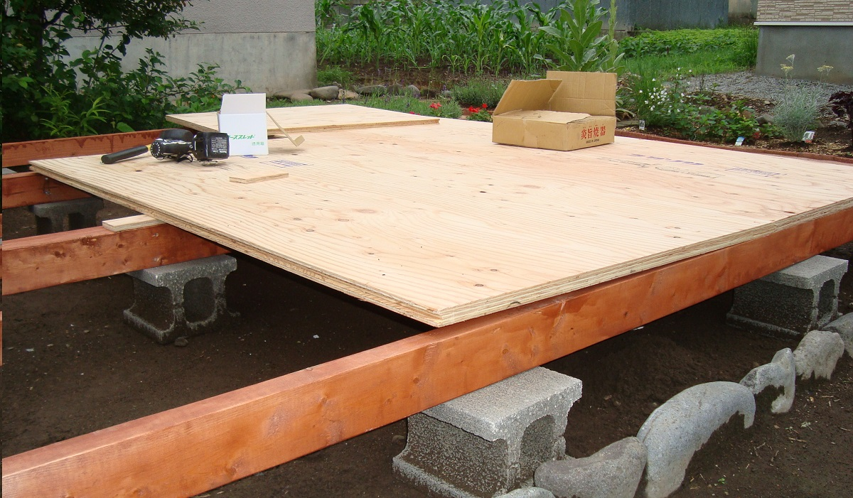 厚手合板は「たわみ」が少ないので、床に張り付けた時に合板面が水平になりやすいです。