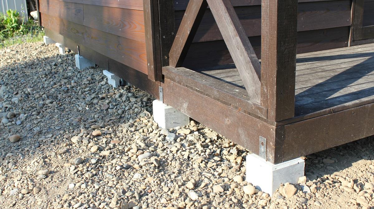 に金属のプレートが付いて床資材と固定できるタイプの束石